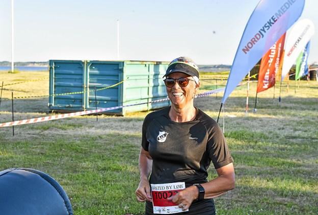 Smil på læben efter 10 km. Dorthe Lilleøre fra Bedsted fik en tid på lige under en time: 59.51. Foto: Ole Iversen