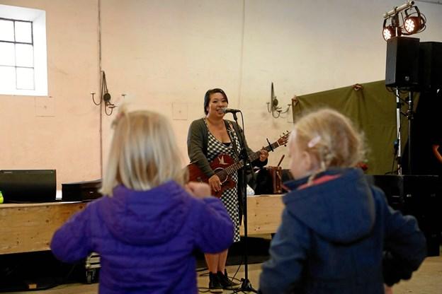 Anne Møller med sin guitar sørger for vellyd i laden