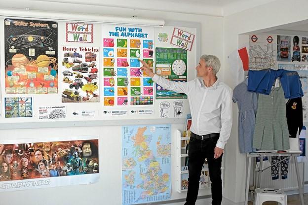 Hele huset er udsmykket med billeder og genstande fra de forskellige engelsktalende lande, og Kevin Brown fortæller, at indlæringen foregår med en legende tilgang til engelsk. Foto: Niels Helver