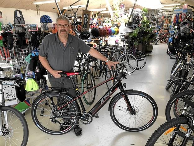 Cykelhandler Per Ubbesen er klar med fem elcykler, der kan prøves af i gågaden. Foto: Carsten Hougaard