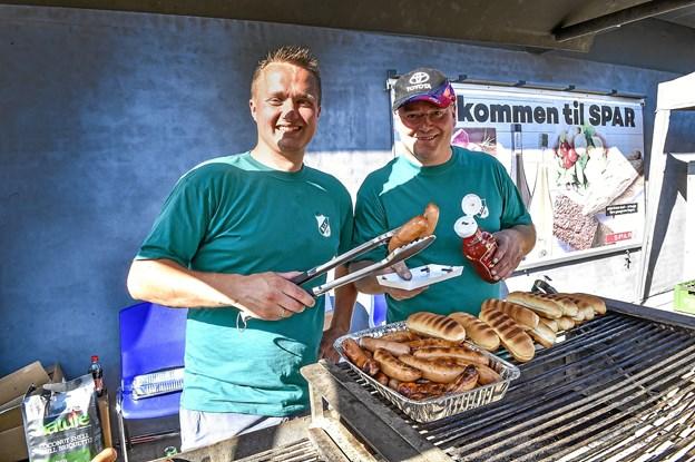 Bedsted IF stod for at levere byens saftigste pølser fra grillen: fra venstre Morten Christensen og Frank Heegaard. Foto: Ole Iversen