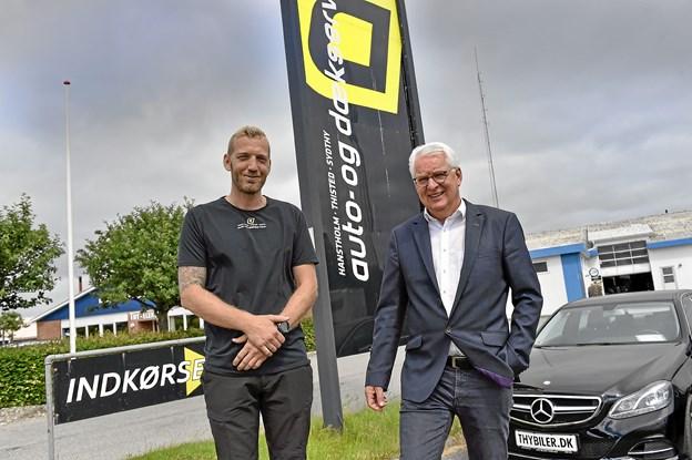 Anders Stignæs (tv) har sammen med Thy Erhvervsinvest overtaget Hanstholm-Thisted-Sydthy Auto og Dæk. Til højre direktør for Thy Erhvervsinvest Robert Hove. Foto: Ole Iversen