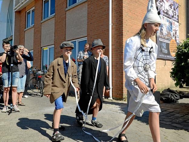 Otto (forrest) og tvillingerne Anders og Martin fra Bymarkskolen i en kopi af de klovnekostumer, De 3 Mieher optrådte i 1915. Det er Bivognen til venstre.