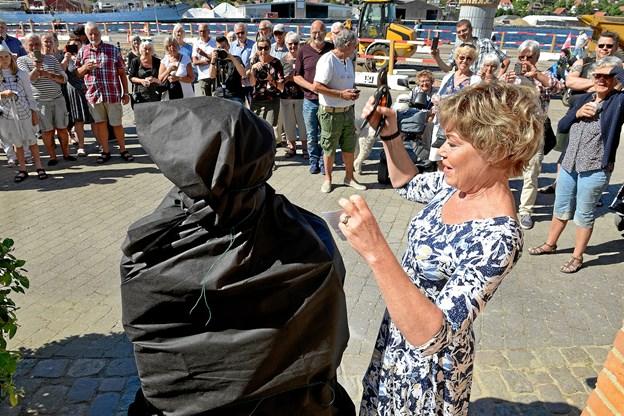 Teaterdirektør Susanne Sangill klar til at afsløre busten.