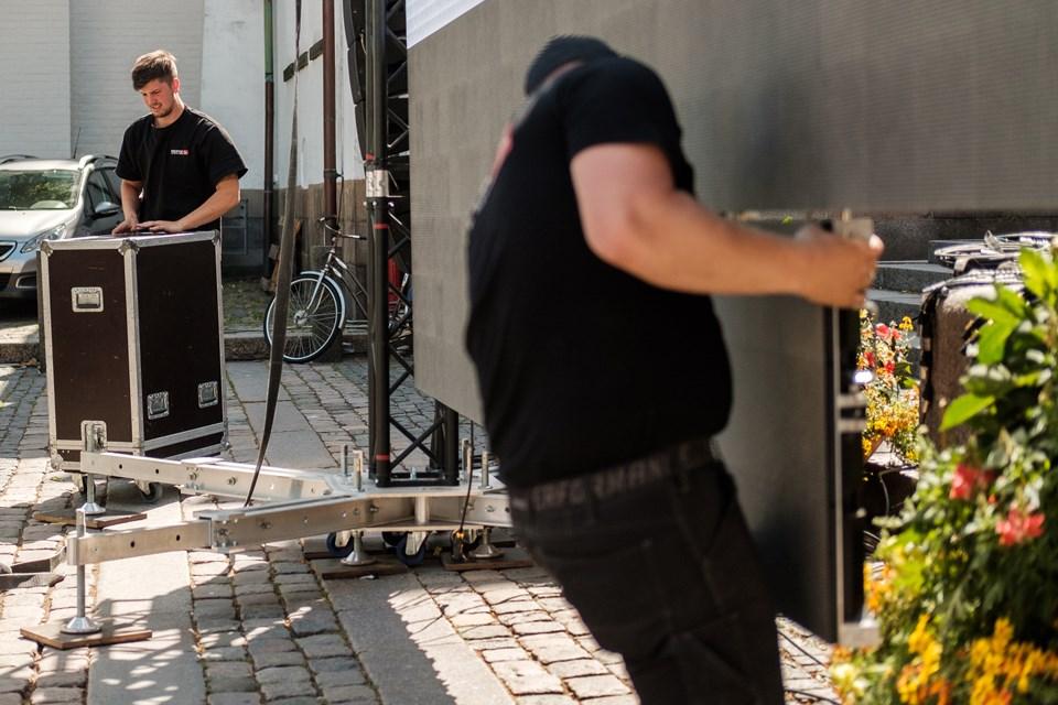 Storskærmen bygges op. Foto: Lasse Sand