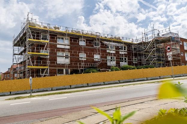 Taget på Hobro Boligforenings afdeling Trianglen er nedslidt, og afdelingsbestyrelsen besluttede i september sidste år, at det skulle udskiftes. Nu er håndværkerne i fuld gang. Der bliver også isoleret og sat nye tagrender i.
