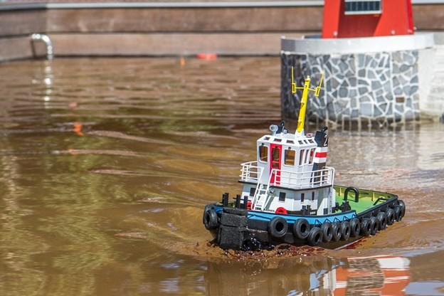 Fuld fart frem. Bådene er fjernstyrede og besøgende kan sejle med dem i et stort bassin.