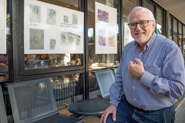 69-årige Henrik Damsgaard har involveret sig i et hav af ting uden for klasselokalet - senest en klub for tegneinteresserede elever efter skoletid. Nogle af deres tegninger er lige nu udstillet i gymnasiets aula.