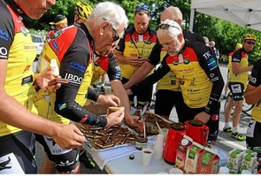 Cykelfest på Fyrkat: Cykelryttere beværtes med is og lokalhistorie