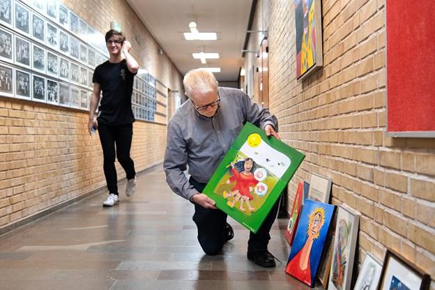Henrik Damsgaard har arbejdet på de 28 værker de sidste par år i hjemmet på Kirkedals Alle, hvor han har boet med hustruen Else, siden de kom til Hobro i 1976.   - Jeg har mit staffeli i bryggerset. Det ser helt forfærdeligt ud, når jeg først åbner alle mine malerkasser, griner han.
