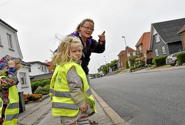 Gang på gang gentager Pia Jensen: først kigger vi den vej - så den anden vej. Og kommer der nogen biler - spørger hun. Foto: Ole Iversen