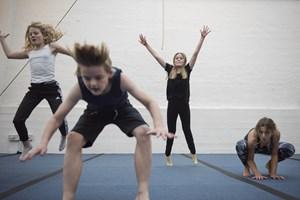 Det er synd og forkert at forbyde trampoliner, mener lektor på Danmarks Institut for Pædagogik og Uddannelse.