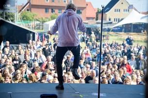 Se billederne: Krøltop fik pigehvin fra første sang