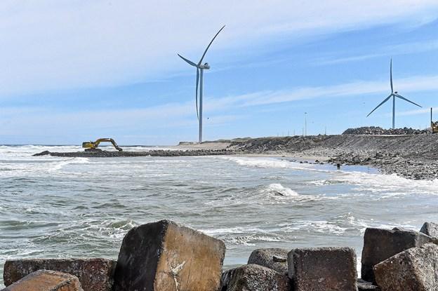 Her ses det nye molebyggeri som begyndte for kun to dage siden, før billedet blev taget. Dermed kan man for alvor begynde at se størrelsen af Hanstholms nye havn og baglandsarealer.Foto: Ole Iversen