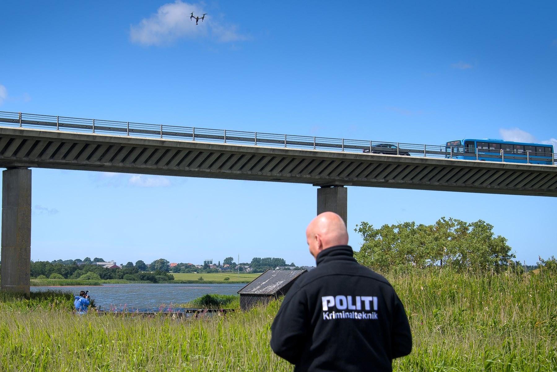 Kriminalteknikere på jagt: Politiet leder med droner over Legind Sø