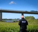 Kriminalteknikere på jagt: Politiet leder med droner over sø