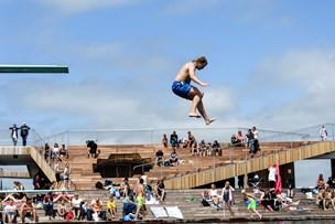 Poolparty i Vestre Fjordpark får kritik: - Salg af øl og drinks hører ikke til her