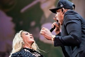 Beyoncé og Jay-Z's kærlighed virkede ikke helt oprigtig under deres show i Parken, mener anmeldere.