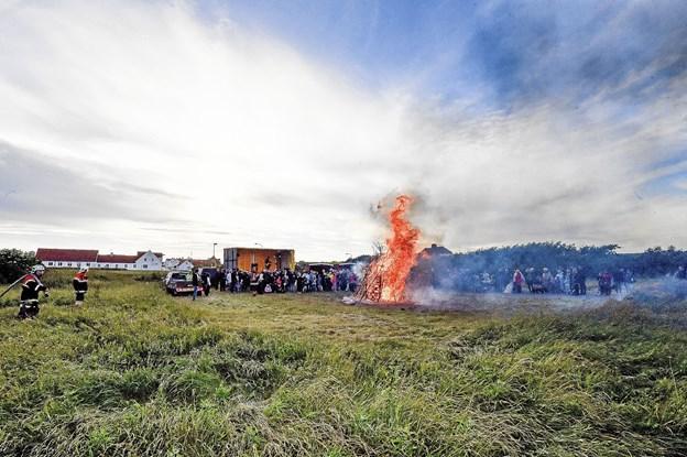250-300 mennesker deltog ved midsommerfesten i det halvkølige vejr. Foto: Ole Iversen