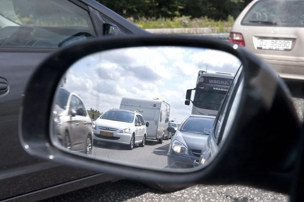 Udsigt til tæt ferietrafik på vejene: Sådan kommer du uden om spidsbelastningen