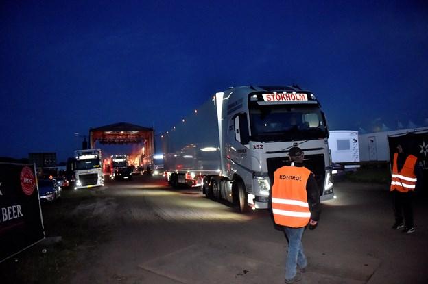 De tungtlastede lastbiler ankom med udstyr til musiknavnene. Her er Thomas Helmigs udstyr læsset ombrod og klar til næste sted. Foto: Ole Iversen