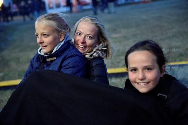 Familien Würtz: Karoline, mor Jeannette og Anne Sofie kom i rigtig god til til Rasmus Seebach for at stå tæt på. D ehavde endda netop set ham i Frederikshavn for to uger siden.  Foto: Ole Iversen