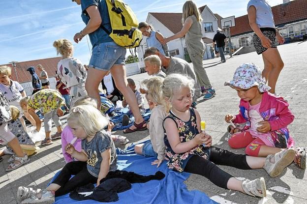 De større børnehavebørn, hyggede sig med mindre vuggestuebørn. Foto: Ole Iversen