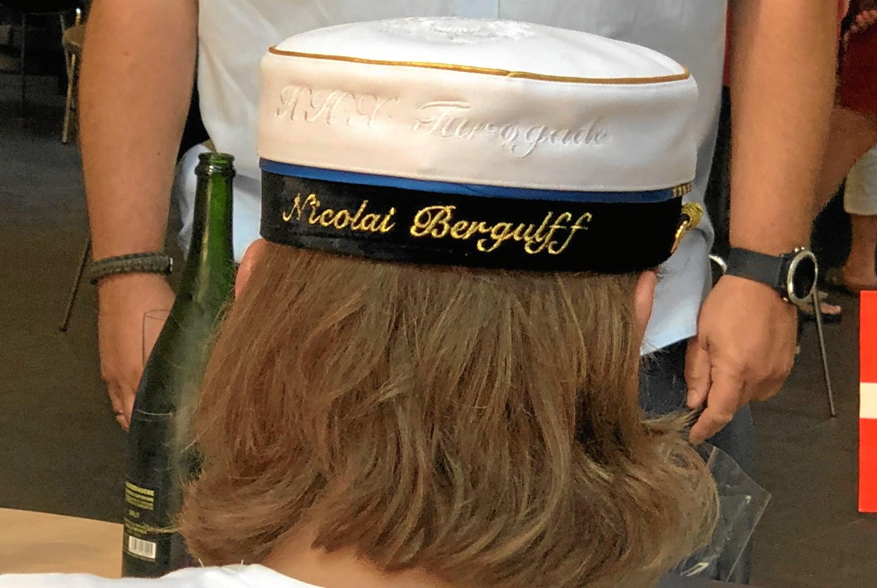 Ingen andre kan få glæde af Nicolai Bergulffs studenterhue for både hans og skolens navn er broderet bagpå. Privatfoto