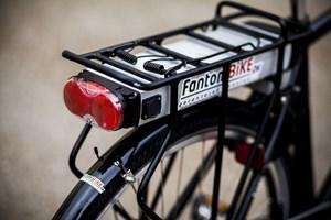 Salget af elcykler er stigende, viser nye tal. Og både yngre og ældre vælger nu en cykel med hjælpemotor.