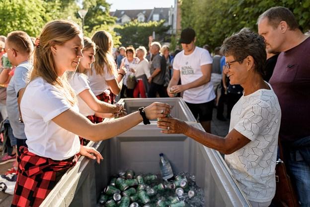 Gratis let-ø - økologiskel. 5000 havde pigerne med. Og de var stort set alle afsat, da koncerten gik i gang. Foto: Nicolas Cho Meier
