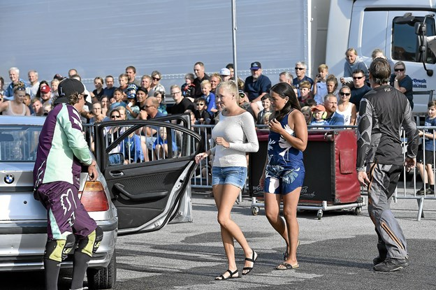 Traditionen tro inviteres friske kvinder ind til en køretur i BMW - på to hjul. Foto: Ole Iversen