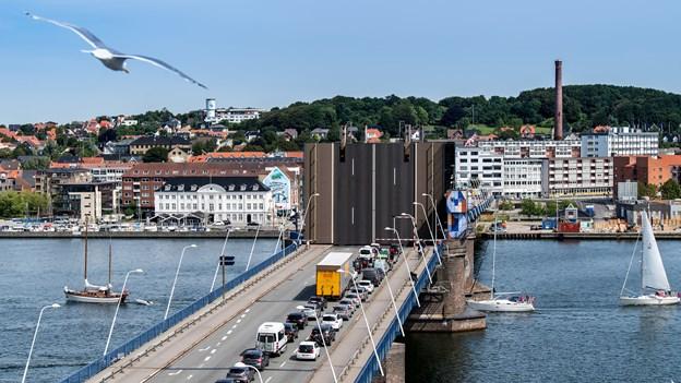 Limfjordsbroen er særdeles stærkt trafikeret døgnet rundt, og selv om malerarbejdet udføres i de sene nattetimer, så kan man måske ikke helt undgå, at bilisterne kommer til at holde i kø. Arkivfoto: Henrik Bo
