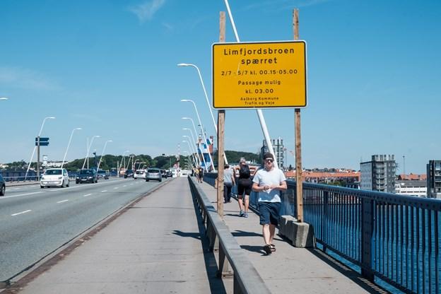 Der bliver i disse dage skiltet med, at man er nødt til at spærre Limfjordsbroen i perioden fra mandag den 2. juli til torsdag den 5. juli i nattetimerne. Foto: Lasse Sand