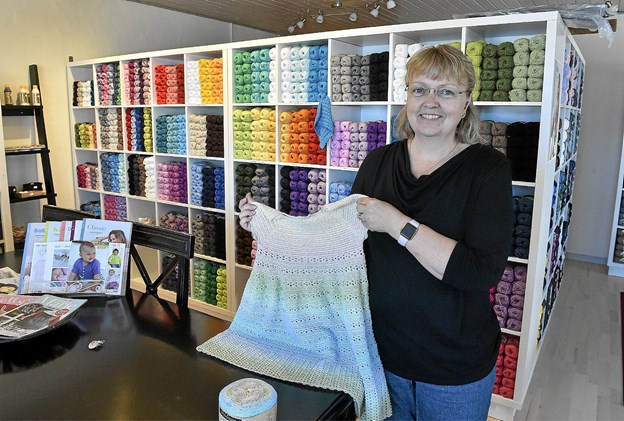 Hækling er også at lave tøj, som denne kjole, som Malene Vestergaard selv har hæklet, som er udstillet i butikken som inspiration. Foto: Ole Iversen