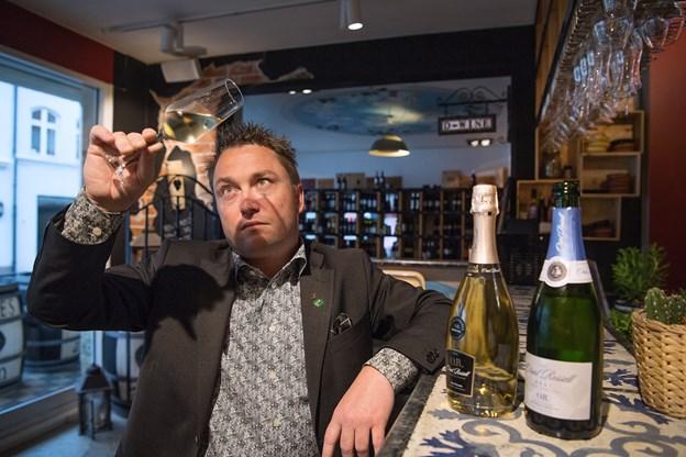 Kristian Ishøy har haft vin som sin passion siden han var en lille dreng - nu kan han kalde sig sommelier.