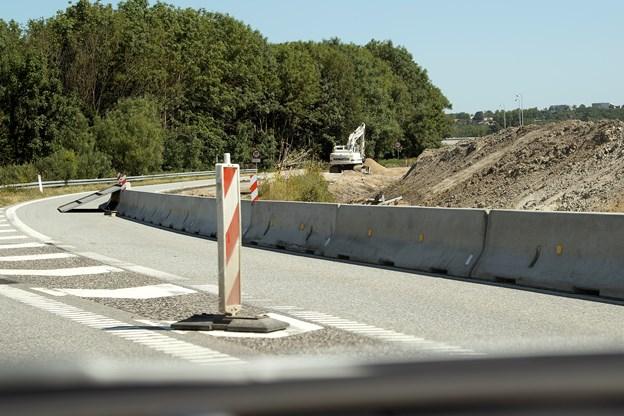Den hidtidige frakørsel 28 bliver fjernet, og i løbet af efteråret bliver broen over E45 også fjernet. Foto: Lars Pauli