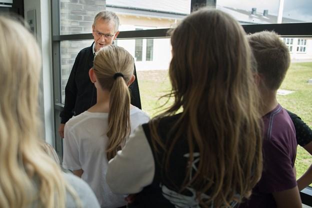 Niels Lynggaard Pedersen får en snak med elever fra 5. klasse om en cykeltur til Arden, de var på sammen for nylig, og hvor de besøgte biblioteket.
