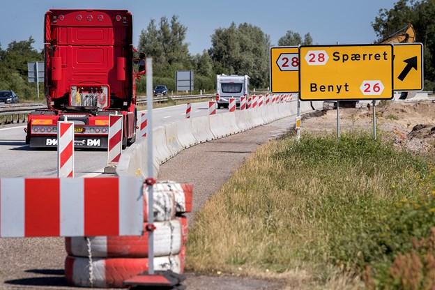 Frakørsel 28 på E45 i nordgående retning er spærret, mens Egnsplanvej kobles på ramperne til og fra E45. Foto: Lars Pauli