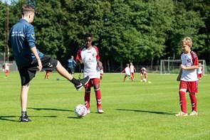 Helst vil de jo bare spille bold: Rekord mange børn på Hobro IK's fodboldskole