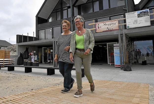 To af de glade butiksindehavere: Edith Schultz, Cafe Melange (tv) og Meta Lock, Fru Lock på den nye træbelægning ned til det nye butiksmiljø helt ude ved havet. Foto: Ole Iversen