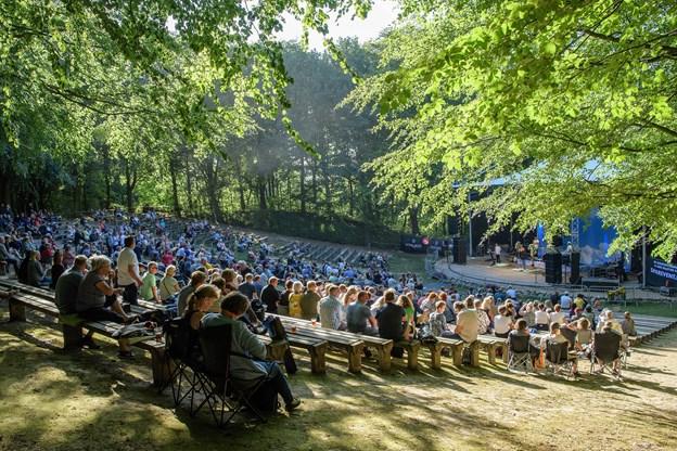 Scenen i Sct. Knuds Kilde danner perfekt ramme om Gardenparty. Foto: Peter Broen