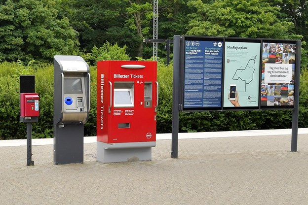 Stationerne har rejsekortautomater, hvor man kan fylde rejsekortet op og tjekke ind og ud, men man kan ikke købe nye kort. Det skal man gøre online eller i en af de fysiske butikker i Aalborg, Thisted og Frederikshavn. Foto: Claus Søndberg