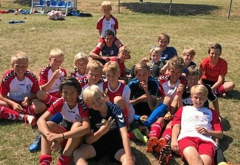 Fodboldglade drenge slapper af mellem træningsstationerne. Foto Jesper Larsen