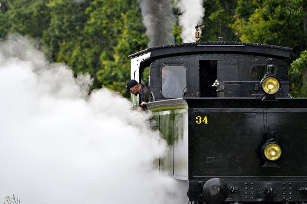Der kan under kørsel med damplokomotivet komme små gnister og gløder ud igennem togets skorsten, og de kan i værste fald starte en markbrand eller lignende. Arkivfoto: Claus Søndberg
