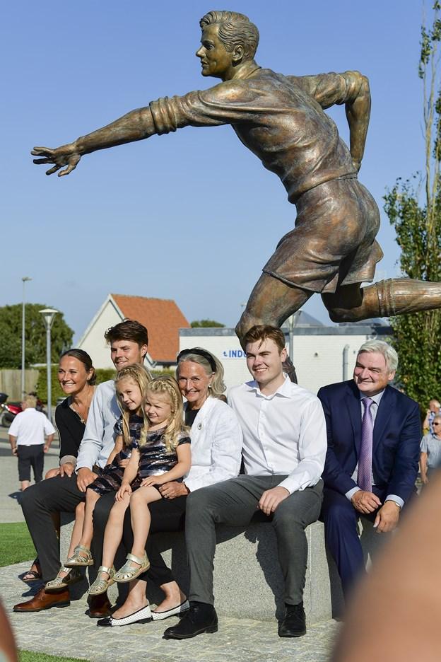 Her er Rudi Nielsen foreviget med børn og børnebørn omkring bronzestatuen af Bette Halle