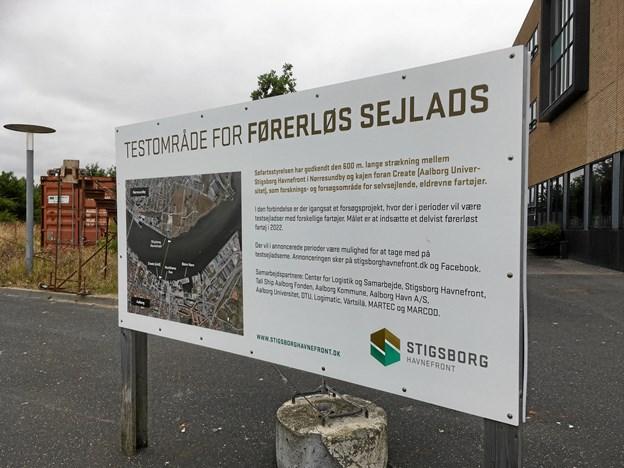 På Stigsborg Brygge fortæller et stort skilt om testsejladserne, der netop er gået i gang.Privatfoto