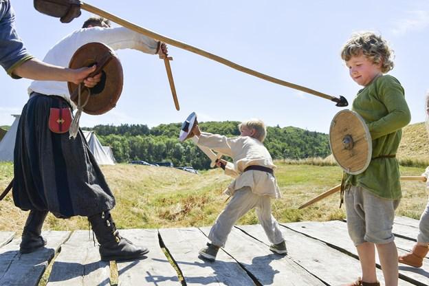 Fyrkat Vikingemarked er kendt for at inddrage publikum - og allerede ved ankomst skulle man sværge troskab til den vikingekonge, man mener var den mægtigste. Der blev kæmpet for kongernes hæder og ære i en række vikingedyste rundt omkring på pladsen.