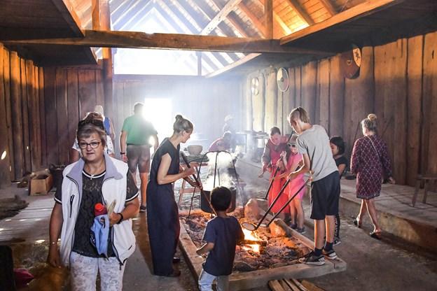 Inde i vikingehuset på Fytkat var der masser af mulighed for at snuse mere til vikingelivet.