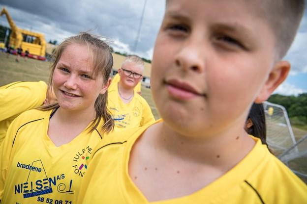 Michelle Søs Pedersen og Marcus Hou Andersen havde allerede tirsdag formiddag fået nye venner fra julemærkehjemmet i Ølsted.