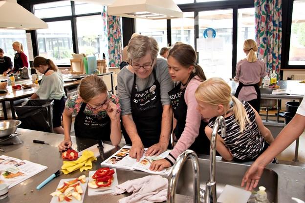 Susanne Christensen har været frivillige hjælper på madskolen i Hjørring i ti år, og hun nyder madlavningen sammen med børnene. Foto: Kurt Bering